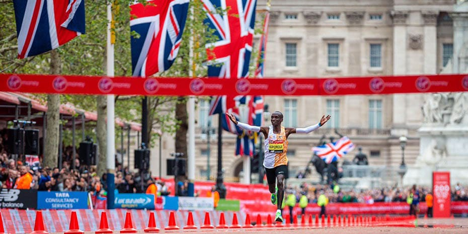 Eliud Kipchoge wint de London Marathon 2019
